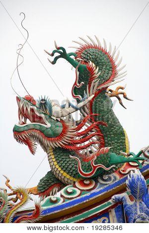 dragón en el techo del templo oriental
