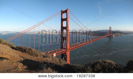 Golden Gate Bridge und San Francisco vor Sonnenuntergang
