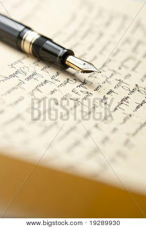 Gold-Kugelschreiber mit Brief und schreiben