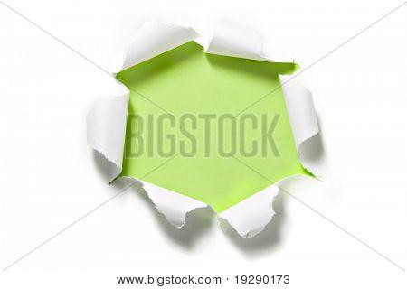 Zerrissenes Papier-Kreis auf grün. Gekräuselte Kanten des Papiers im Fokus