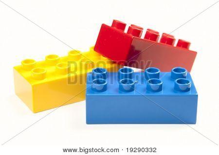 Color brillante bloques aislados en blanco. Se centran en el borde proximal de ladrillos con enfoque selectivo