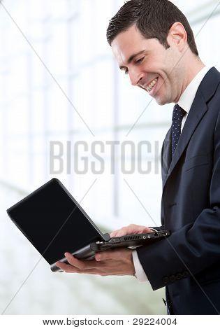 Business Man with Laptop im Büro