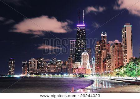 Chicago Stadt urban Hochhaus in der Nacht am Innenstadt Seeufer mit Lake Michigan und Wate beleuchtet