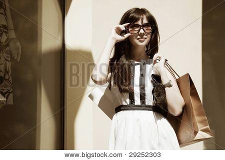 Mujer joven con bolsas
