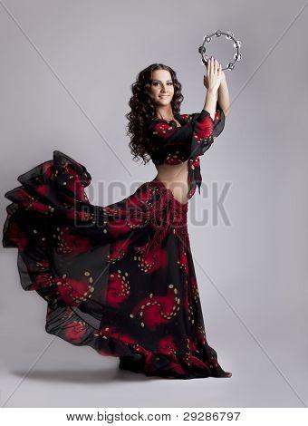 Junge Frau Tanz Flamenco mit Tamburin
