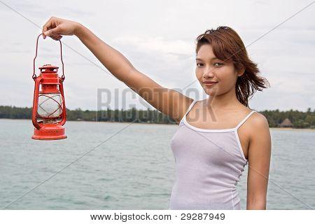 Woman holding eine Kerosin-Laterne