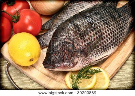 Zwei rohe Tilapia-Fisch im Vintage-Stil Fotografie auf Schneidebrett