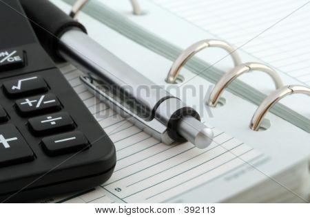 Cuaderno, bolígrafo y calculadora