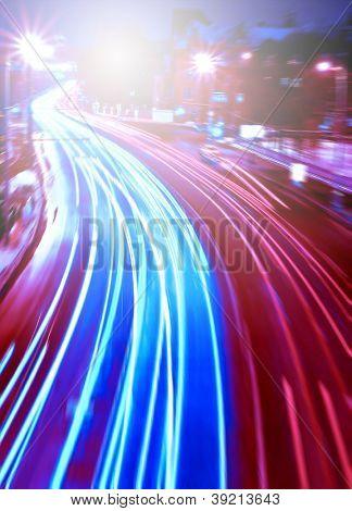 Perspectiva y vista panorámica de gran angular del moderno luz azul iluminado y espacioso alta velocidad u