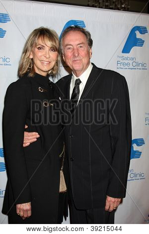 LOS ANGELES - 19 de NOV: Eric Idle llega a Gala de la The Saban Free Clinic en el Beverly Hilton en No