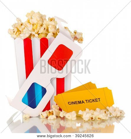 Popcorn mit Brille und Tickets, isolated on white