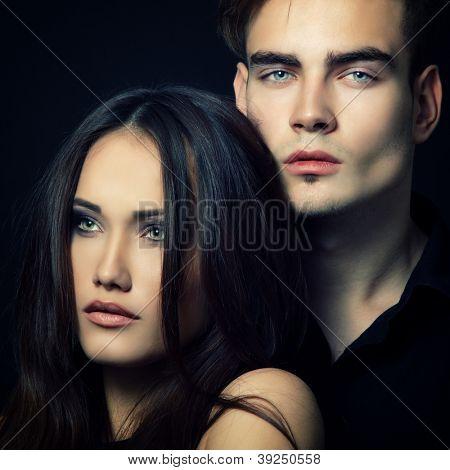 Pareja de pasión sexy, hermosa joven y mujer closeup, studio shot, over, negro