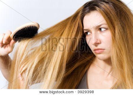 Jovem mulher com cabelo emaranhado