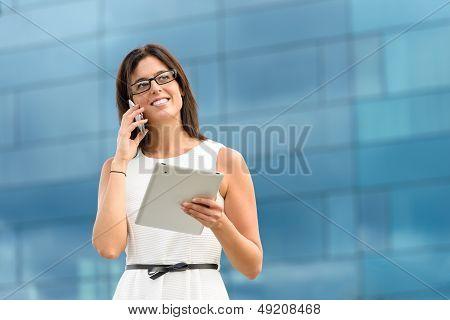 Ejecutivo de negocios con la tableta y teléfono