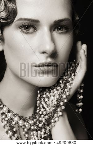 Duplex-Porträt von schöne junge Frau mit retro-Frisur und ausgefallene Halskette