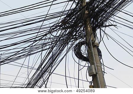 Maraña de cables eléctricos en el poste de energía