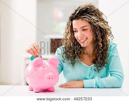Mujer feliz ahorrar dinero en una alcancía