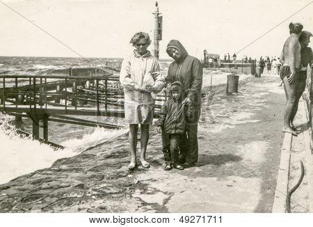 Polen, CIRCA SIXTIES - Vintage Foto von zwei Frauen und ein kleines Mädchen am Meer, Polen, ca. sixti