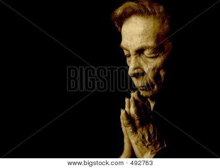 Anciana rezando