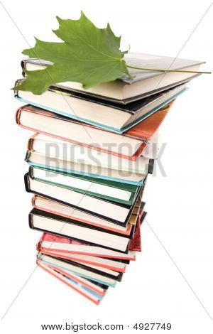 Gran pila de libros aislado