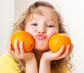 pic of mandarin orange  - Child with oranges - JPG