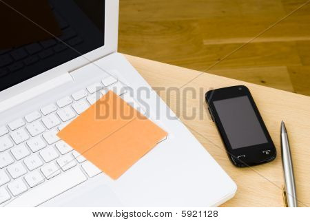 Nota de Postit en blanco en el teclado del ordenador portátil blanco