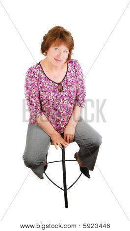 Feliz mulher sorridente, sentado em um bar cadeira no estúdio. Feliz mulher sorridente, sentado em um bar da cadeira eu