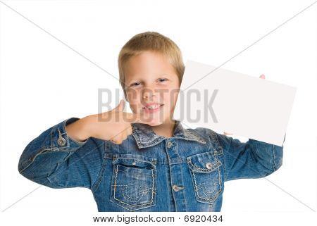 Feliz menino mantenha em branco apontou em dedo