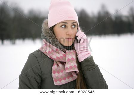 Winter Girl am Telefon