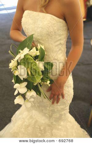 Tradicional vestido blanco con un ramo de flores