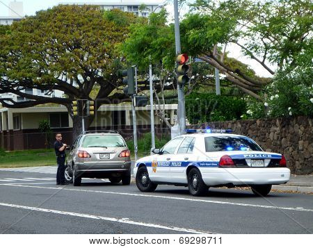 Honolulu Police Department Police Officer Pulls Over Suv Car On Vineyard Street
