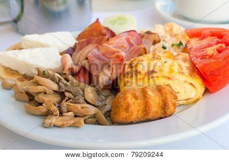Breakfast : Scrambled Eggs, Ham , Mushrooms And Vegetables.