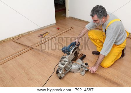 Laminate Flooring Of Room, Batten Cuting