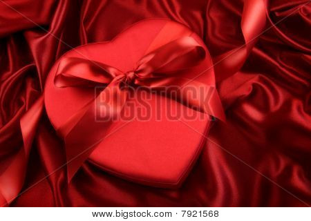 Caja de Chocolate en satén rojo
