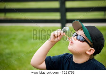 ein jugendlich junge Blasen Blasen an einem Sommertag