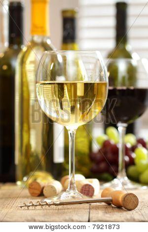 Gläser Wein mit Flaschen