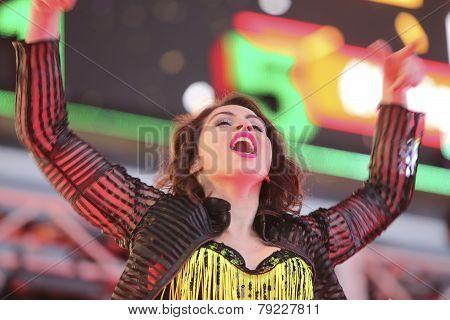 Dancer rallies audience