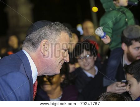 Mayor De Blasio wearing yarmulka
