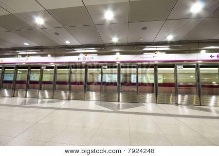 es un vestíbulo de la estación de tren grande en hong kong