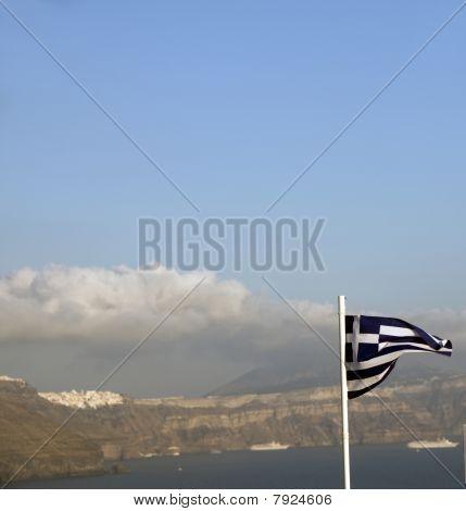 Bandera de Grecia sobrevolando la Caldera Oia Santorini