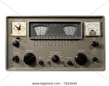 Receptor de comunicaciones de radio de onda corta Vintage sobre blanco