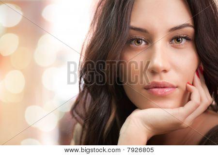 Retrato de menina morena atraente com luzes