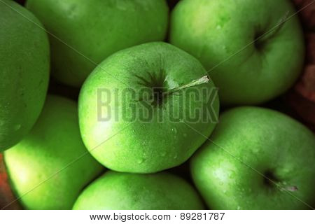 Green apples in bowl, closeup
