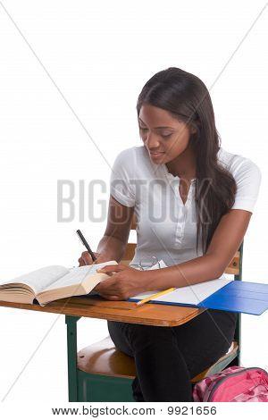 Faculdade estudante mulher afro-americana pela mesa