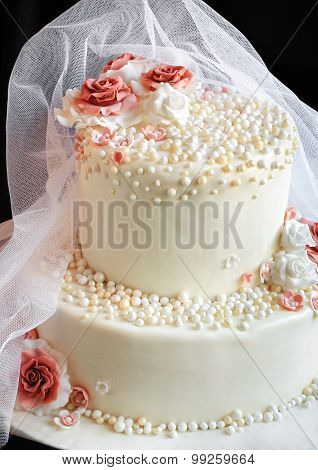 Veil On The Cake With Roses
