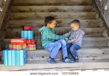 children fighting over a gift
