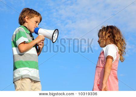 Kleiner Junge, auf Natur,, Mädchen über Lautsprecher Rügen