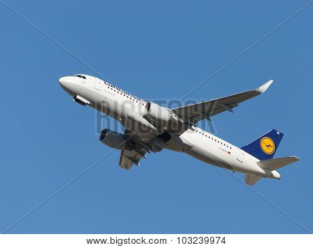 Airbus A320-214 Large Aircraft Lufthansa