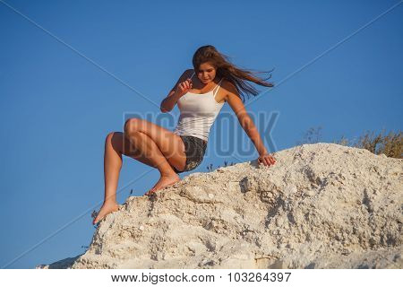 a woman of European appearance twenty years  sitting on the  mou