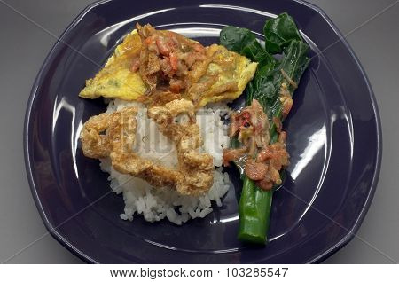 Boiled rice with Shrimp paste chili sauce with green vegetable and crispy pork, Thai food